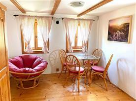 Ve druhém patře se nachází obě ložnice, oddělený záchod a prostor ke společnému posezení