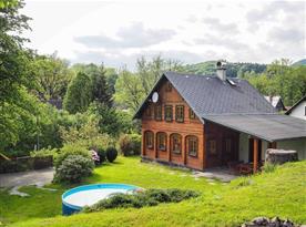 Chalupa Lužické hory - výhled od táboráku na chalupu, parkoviště i bazén