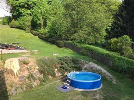 Výhled z obou ložnic na zahradu a bazén.