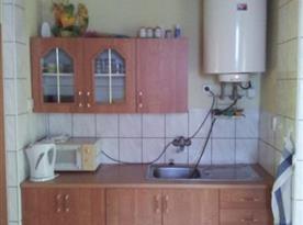 Kuchyňský kout s dřezem a rychlovarnou konvicí