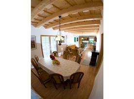 Jídelní kout s obývacím pokojem
