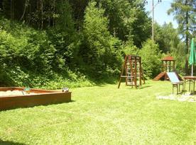 Zahrada s dětským hřištěm