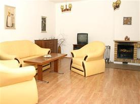 Obývací pokoj se sedací soupravou a krbem