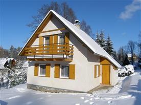 Celkový pohled na chatu v zimě