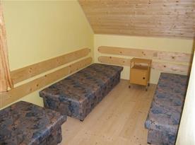 Ložnice A s lůžky a nočním stolkem