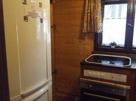 Lednice s mrazákem v kuchyni