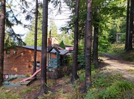 Pohled na chatu od příjezdové cesty