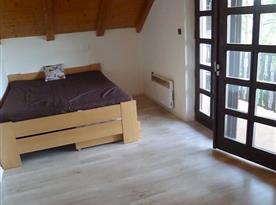 Ložnice s balkonem