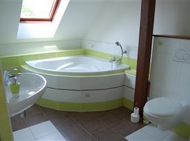Apartmán č. 3 - koupelna s vanou a toaletou
