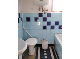 Sociální zařízení s toaletou, vanou a umývadlem