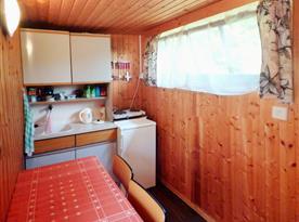 Kuchyňka s vařičem, lednicí a rychlovarnou konvicí