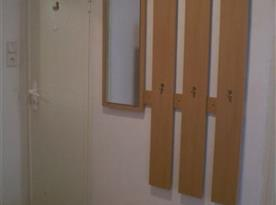 Předsíňová věšáková stěna, zrcadlo, vlevo vstup do koupelny, vpravo na wc