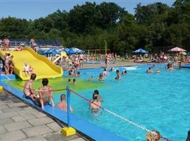 Skvělé a oblíbené letní koupaliště Penčice s čistou vodou, necelý 1km od chaty