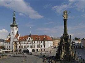 Horní náměstí Olomouc s orlojem a Morovým sloupem, historická perla Moravy