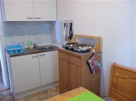 Nově zrekonstruovaná vybavená kuchyň s teplou vodou, foto 1