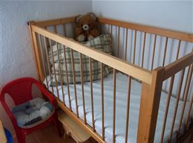 Pro mrňousky kojenecká postýlka a dětská židlička se stolečkem. Děti jsou u nás vítány :-)