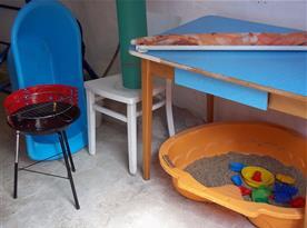 Garáž - gril, pískoviště, slunečník, stůl pro přípravu grilování, možno uložit kola a kočárky