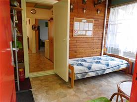 Prosklená slunná vnitřní veranda s lůžkem a posezením