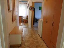 Průhled chatou přes halu, směr na kuchyň a jednu z ložnic