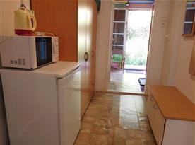 Hala s úložnými prostory, pohled od kuchyně směrem k vnitřní obytné verandě