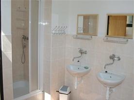Společné příslušenství se sprchovým koutem