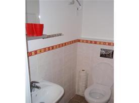 Sociální zařízení s toaletou a umývadlem