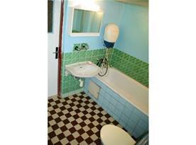 Koupelna s vanou, umývadlem a toaletou