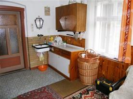 Kuchyně se sporákem a mikrovlnou troubou
