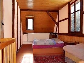 Ložnice B s lůžky a nočními stolky
