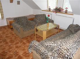 Obývací pokoj se sedací soupravou a konferenčním stolkem