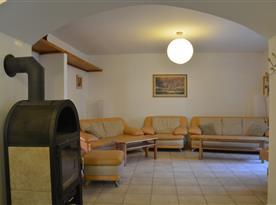Obytná místnost s moderní sedací soupravou a křesly