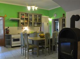 Kuchyně s mikrovlnnou troubou, rychlovarnou konvicí a lednicemi