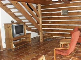 Televizní kout s křesly a schody do podkroví
