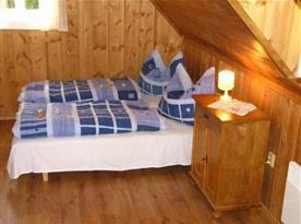 Ložnice B s lůžky a nočním stolkem s lampičkou