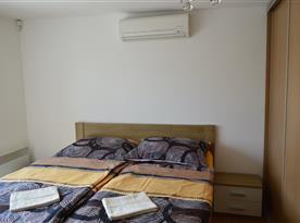 Ložnice s vestavnou skříní a s balkonem