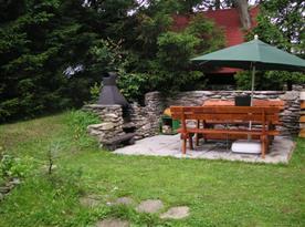 Posezení s grilem na zahradě