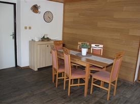 Společenská místnost s jídelní sestavou