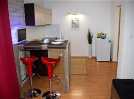 Vybavená kuchyně s barovým stolem