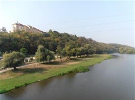 Pohled na řeku Berounku a zámek v Nižboru