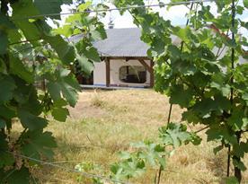 Pohled ze zahrady na venkovní posezení