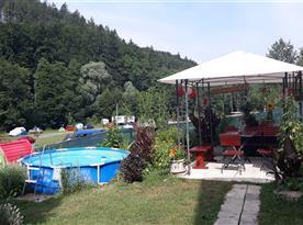 Kryté posezení s bazénem