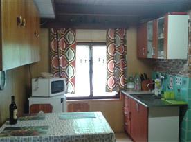 Vybavená kuchyňka s posezením