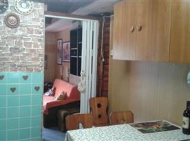 Pohled z kuchyňky do spol. místnosti