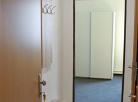 Vstup do jednoho z apartmánů