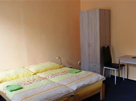 Lůžka a posezení v apartmánu