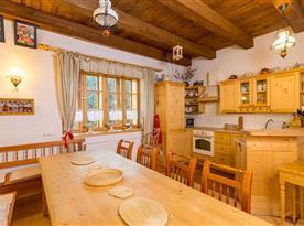Společenská místnost s kuchyňským, jídelním a obývacím koutem