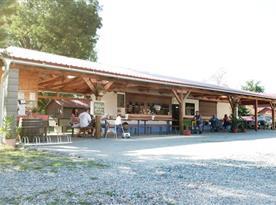 Letní zahrádka u restaurace 20 m od chatek