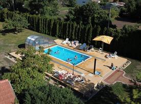 Venkovní zastřešený bazén v areálu