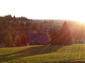 Slunce je zde pravidelným návštěvníkem, pohled z okna kuchyně