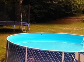 Venkovní bazén a trampolína